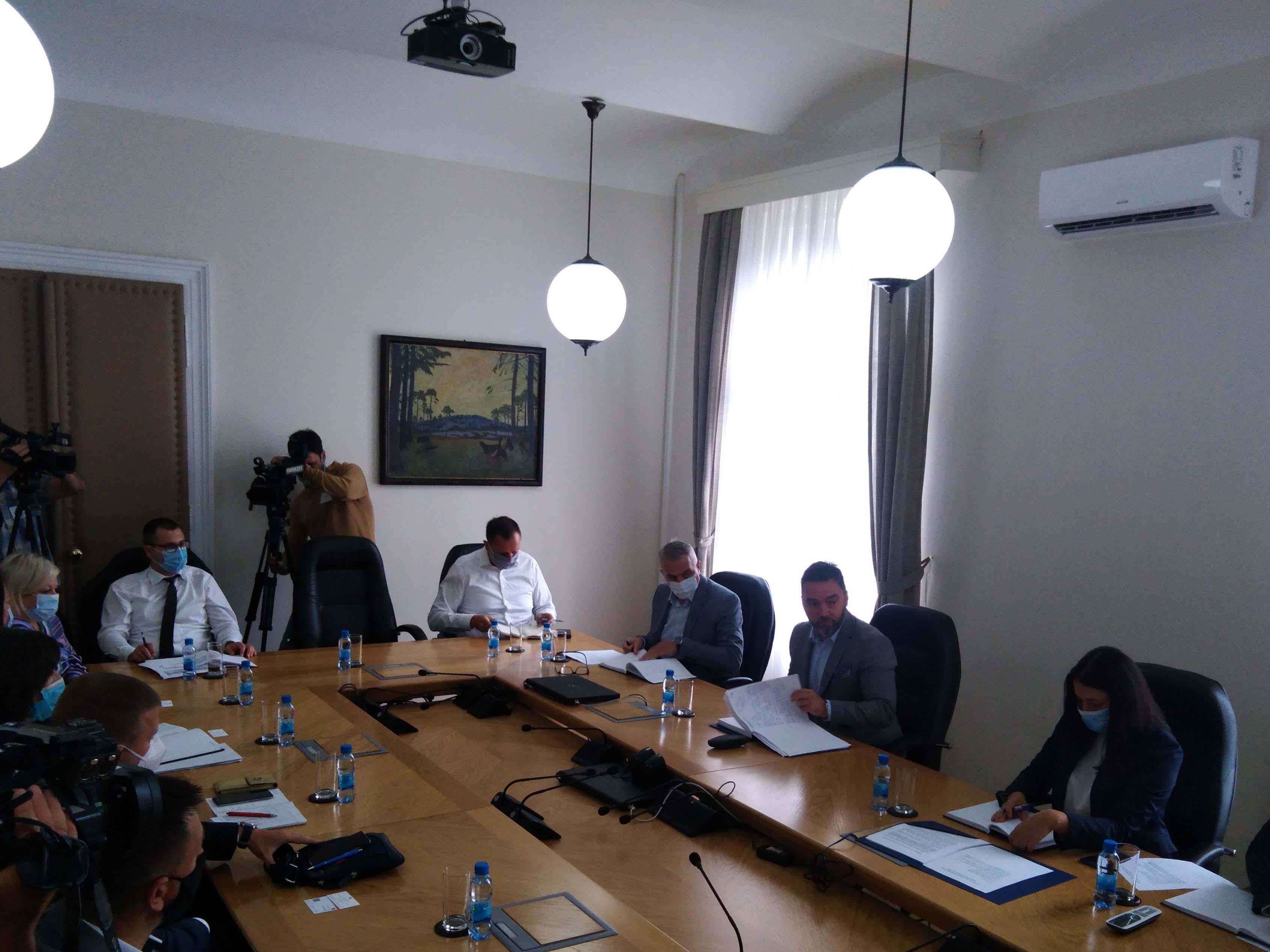 САРАЈЕВО, 25. АВГУСТА /СРНА/ - Министар спољне трговине и економских односа у Савјету министара Сташа Кошарац са представницима трговачких ланаца у БиХ.