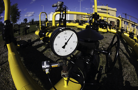A pressure gauge is pictured at a Gaz-System gas compressor station in Rembelszczyzna outside Warsaw October 13, 2010. Polish and Russian negotiators will meet again on Sunday in Moscow for talks aimed at securing full gas supplies for Poland. REUTERS/Kacper Pempel (POLAND - Tags: ENERGY POLITICS)